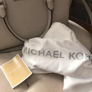 Michael Kors Bags - NEW 🌟🌟 Michael Kors Selma crossbody bag